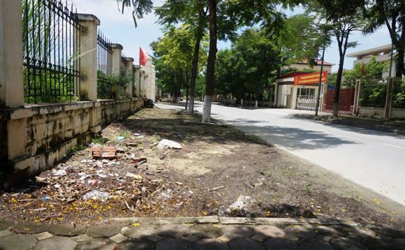 Xuống cấp ngiêm trọng vỉa hè khu hành chính quận Hoàng Mai